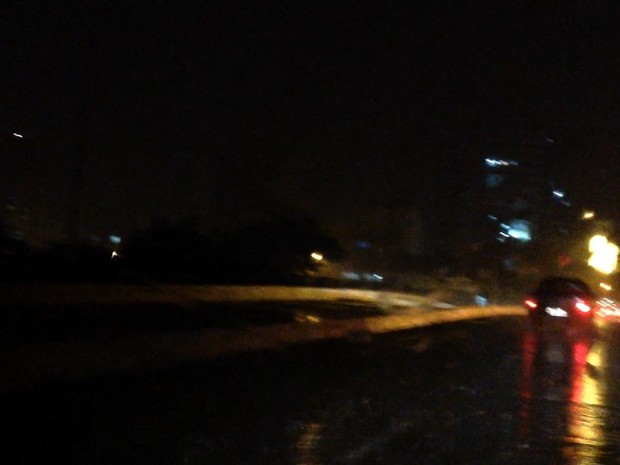 Lâmpadas queimadas geram pontos de escuridão em ponte de acesso ao Porto Velho (Foto: Ricardo Welbert/G1)