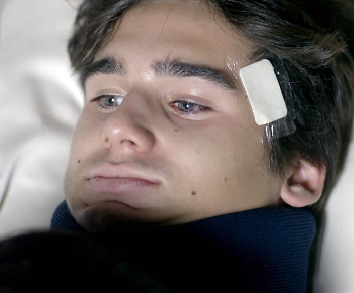 Rodrigo acorda no hospital e recebe visita da família (Foto: TV Globo)