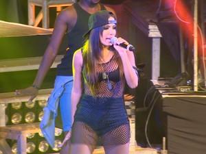 Anitta durante apresentação em São José dos Campos nesta sexta-feira (15). (Foto: Reprodução/TV Vanguarda)