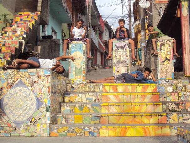 Projeto Azu meninos na comunidade 1 (Foto: Divulgação / Projeto AZU)