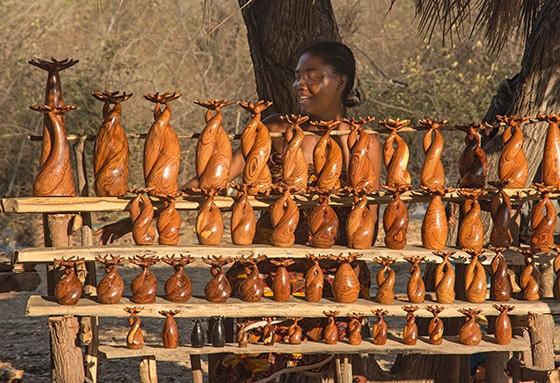 """""""Baobás Apaixonados"""" talhados em madeira  (Foto: © Haroldo Castro/Época)"""