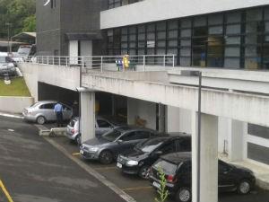 Nestor Cerveró chegou à sede da Polícia Federal, em um carro prata, na manhã desta quarta-feira (14) (Foto: Adriana Justi/ G1)