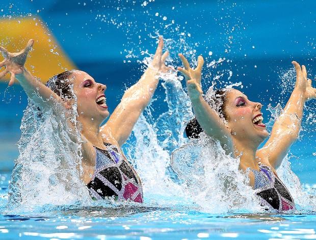 Lara e Nayara na prova de nado sincronizado em Londres (Foto: Satiro Sodré / Agif)