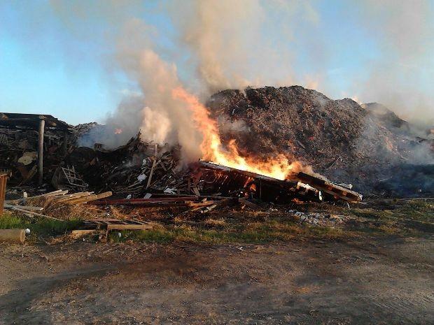 Incêndio atinge terreno próximo à fábrica de Jacareí, SP (Foto: Divulgação/Corpo de Bombeiros)