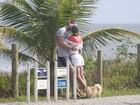 Ex-BBBs Adriana e Rodrigão trocam beijos durante passeio, no Rio