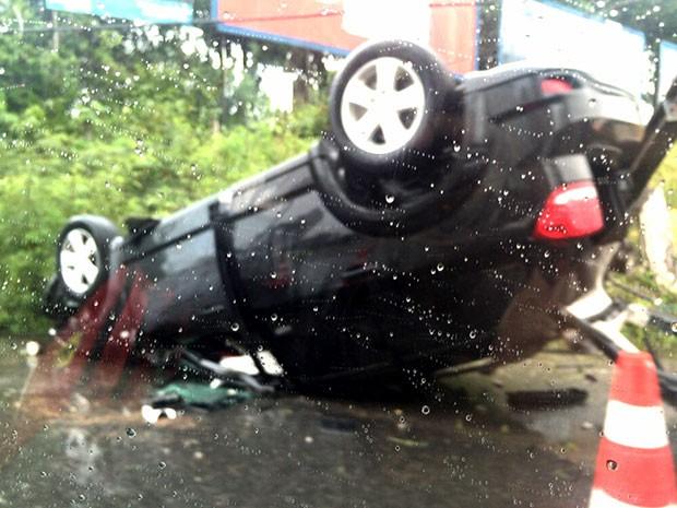 Carro do zagueiro capotou e bateu em um poste na madrugada desta quarta-feira na Rota do Sol, Zona Sul de Natal (Foto: Diego Simonetti)