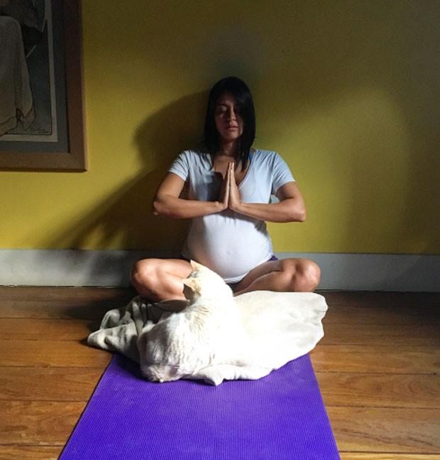 Na reta final da gravidez, Carol Castro exibe barrigão durante ioga