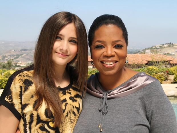 Paris Jackson, filha do cantor Michael Jackson, e a apresentadora Oprah Winfrey (Foto: AP)