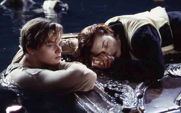 Jack e Rose no final polêmico de 'Titanic' (1997) (Foto: Reprodução)