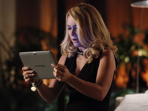 Pamela fica transtornada com mensagem misteriosa  (Foto: Raphael Dias / TV Globo)