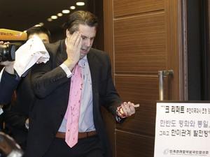 Mark Lippert foi atacado após sair de um café da manhã. Apesar dos cortes no rosto e nos braços, passa bem (Foto: AP Photo/Yonhap, Kim Ju-sung)