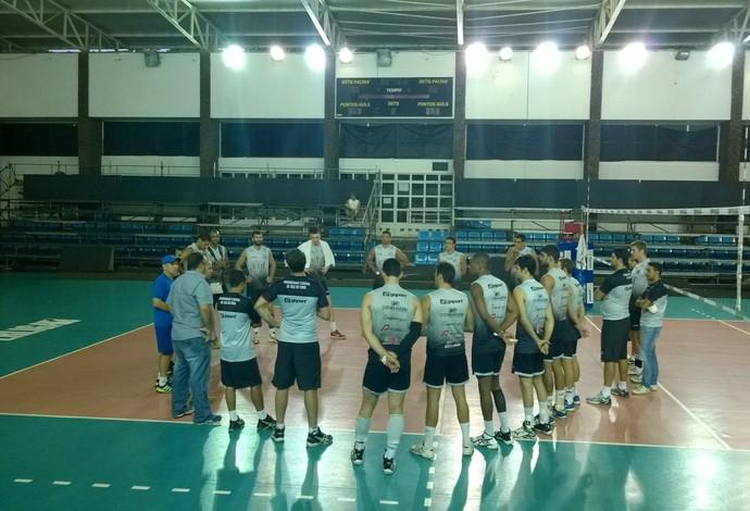 Equipe de Vôlei Juiz de Fora conversa antes do treino  (Foto: Roberta Oliveira)