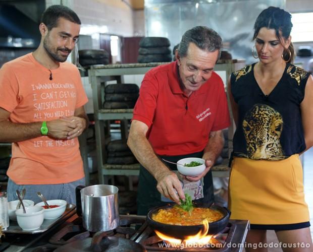Ricardo Pereira e Fernanda Motta aprendem com o Seu Nhozinho (Foto: Domingão do Faustão / TV Globo)