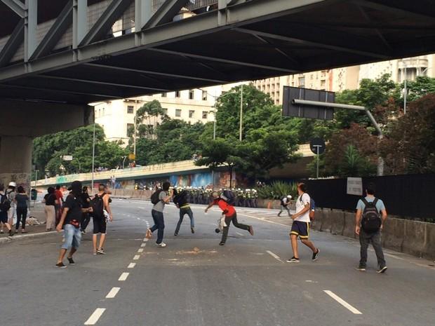 Manifestantes lançam objetos contra policiais militares durante protesto no Centro de São Paulo. (Foto: Marcelo Brandt/G1)