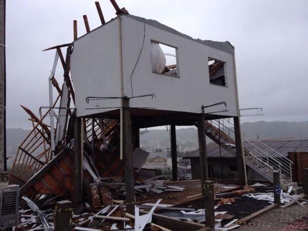Casa fica destruída após chuvas em Ponte Serrada (Foto: Eduardo Cristofoli/RBS TV)