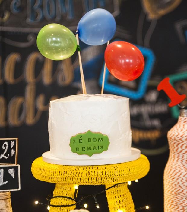 Com minibexigas e palitos de churrasco você consegue fazer um enfeite supersimples e bonito para colocar em cima do bolo. Atenção ao banquinho encapado com crochê. (Foto: Divulgação)
