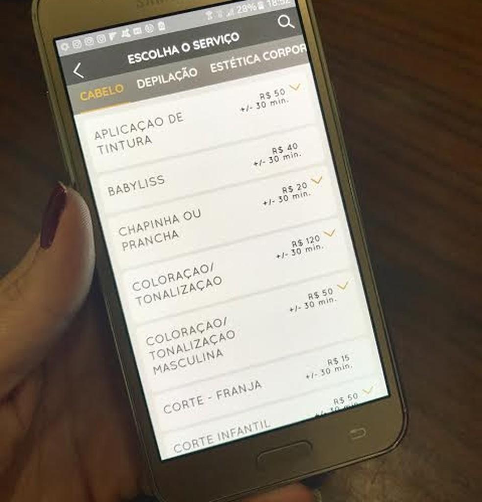 Salão usa aplicativo que substituiu as tradicionais formas de agendar atendimentos (Foto: Kelvin Oliveira)