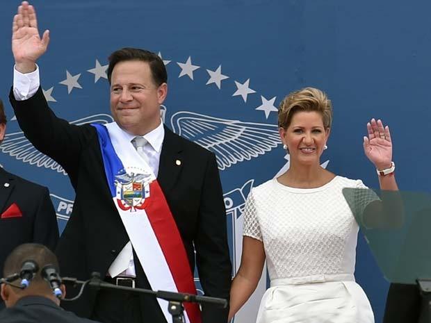 Juan Carlos Valéria, novo presidente do Panamá, e sua mulher Lorena Castillo acenam durante cerimônia de posse nesta terça (1º) (Foto: AFP PHOTO / Rodrigo Arangua)