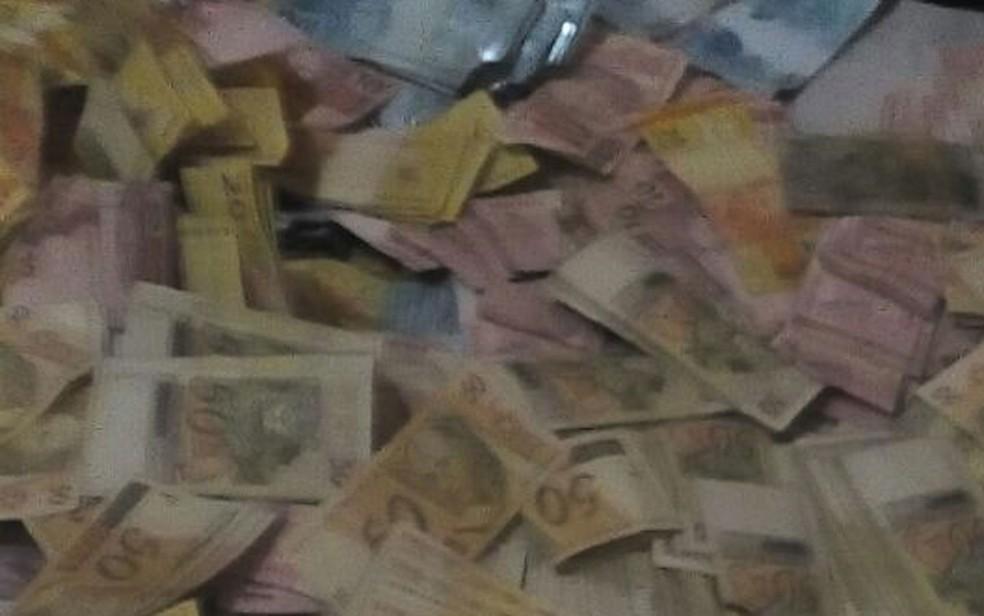 Dinheiro de explosão de caixa eletrônico (Foto: Polícia Civil/Divulgação)