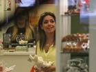 Em dia de compras, Thaís Fersoza escolhe perfumes