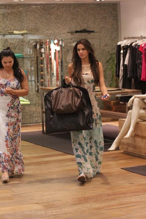 Bruna Marquezine vai as compras (Foto: Derick Abreu / Photo Rio News)