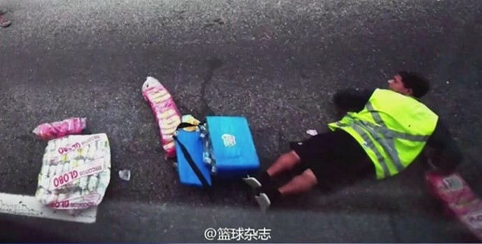 Chineses postam foto de ambulante deitado durante tiroteio (Foto: Reprodução SporTV)