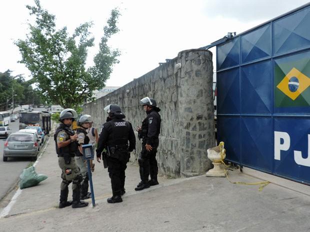 PMs do Batalhão de Choque estão de prontidão em presídio do Recife; rebelião deixou três mortos na segunda e terça (Foto: Marina Barbosa/G1)