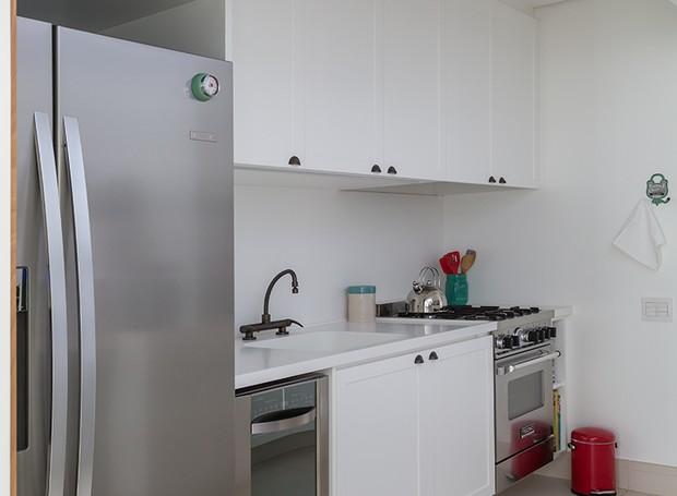 COZINHA | Para ser ampliada, a cozinha do apartamento foi anexada ao depósito. Projeto das arquitetas Alessandra Riera e Ana Paula Veirano, do escritótio RAP Arquitetura e Interiores (Foto: Evelyn Muller)