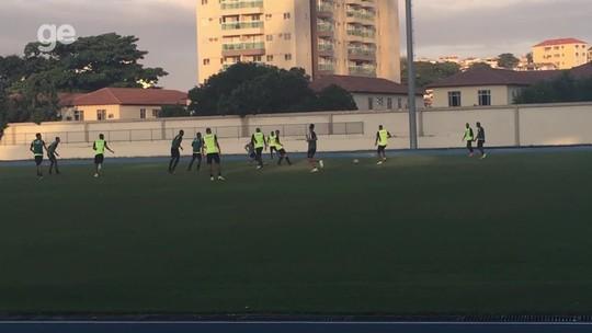 Mesmo sem contrato, Maicon participa de coletivo entre reservas no Botafogo