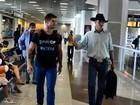Ex-BBBs Jonas Sulzbach e Fael embarcam juntos em aeroporto do Rio