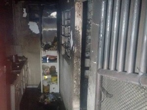 Interior do imóvel ficou completamente destruído (Foto: Diego Souza/G1)