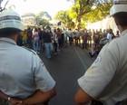 Grupo protesta no hotel da Fifa em Salvador (Ruan Melo/ G1)