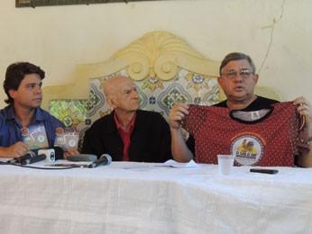 Presidente do Galo, Rômulo Meneses, mostra camisa oficial da agremiação (Foto: Luna Markman/ G1)