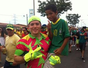 """""""Jorge Camps"""" interage com garoto do lado de fora da Fan Walk (Foto: João Marcelo Sena)"""