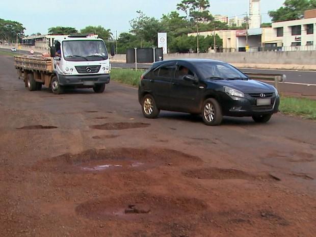 Motoristas reclamam de buracos na marginal da Avenida Bandeirantes (Foto: Alexandre Sá/EPTV)