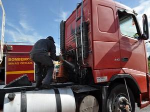 Corpo de Bombeiros foi acinado para conter as chamas em Nova Serrana (Foto: Israel Silveira / Jornal O Popular)