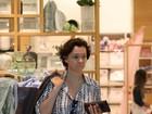 Após separação, Julia Lemmertz é fotografada sozinha em shopping
