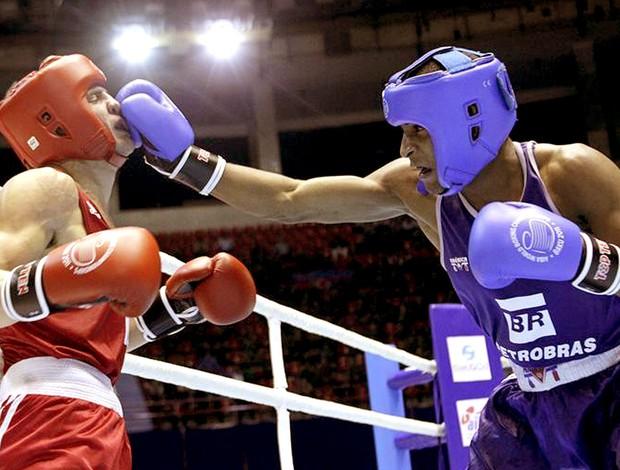 Everton Lopes na luta de boxe contra Denys Berinchyk (Foto: Reuters)