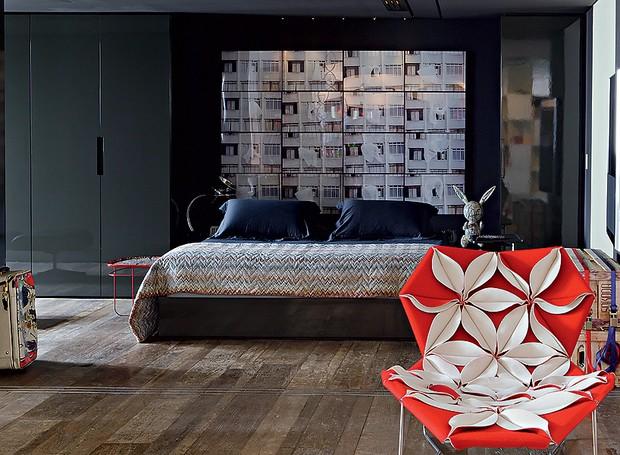 Este quarto, cheio de personalidade, tem paredes e teto pintados de preto. O destaque fica para a cabeceira, com uma sequência de fotos de Felipe Morozini  (Foto: Otavio Dias)