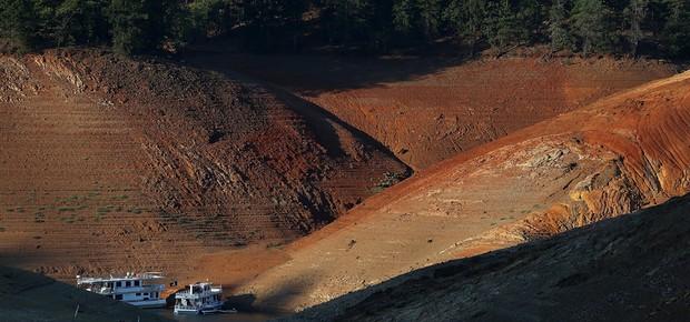 Margens do lago Shasta estão há meses expostas em razão da falta de água  (Foto: Getty Images)