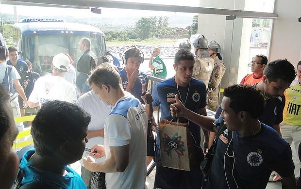 Chegada dos jogadores do Cruzeiro x América-MG (Foto: Tarcísio Badaró / Globoesporte.com)