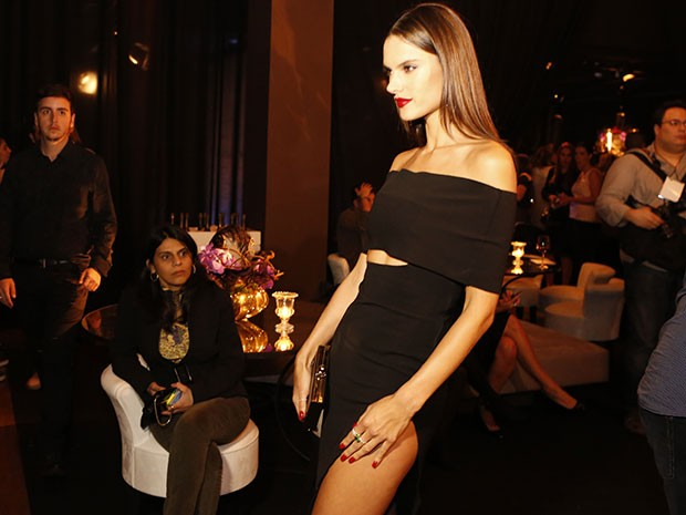 Look ousado da top model chama a atenção dos convidados (Foto: Ellen Soares / Gshow)