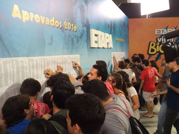 Alunos conferem a primeira lista de chamada divulgada nesta terça (Foto: Luiza Tenente/ G1)