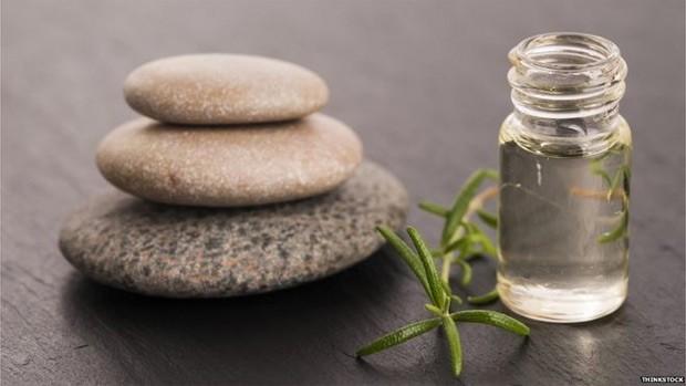 Além do óleo essencial, alecrim também é uma das ervas mais populares para temperar alimentos (Foto: BBC)