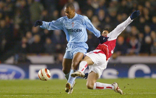 Vagner e Reyes Celta x Arsenal 2004 (Foto: Getty Images)