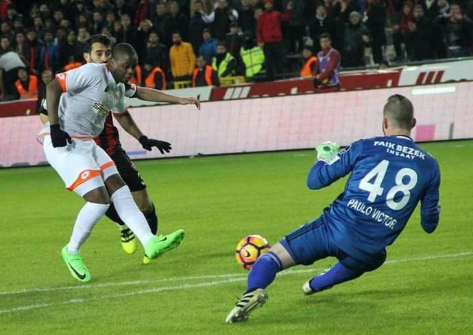 Número mantido: Paulo Victor também é camisa 48 na Turquia (Foto: Divulgação)