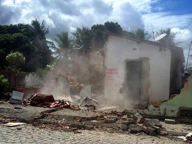 Casa do suspeito foi incendiada após a reconstituição do crime (Foto: Wendell Jefferson/G1)