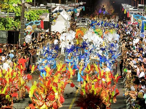 Em São Francisco do Sul, quatro escolas de samba desfilam na avenida (Foto: Secretaria de Turismo de São Francisco do Sul/divulgação)