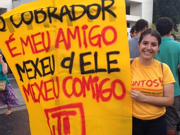 Jovem carrega faixa antes da passeata do MPL em São Paulo (Foto: Marcelo Mora/G1)