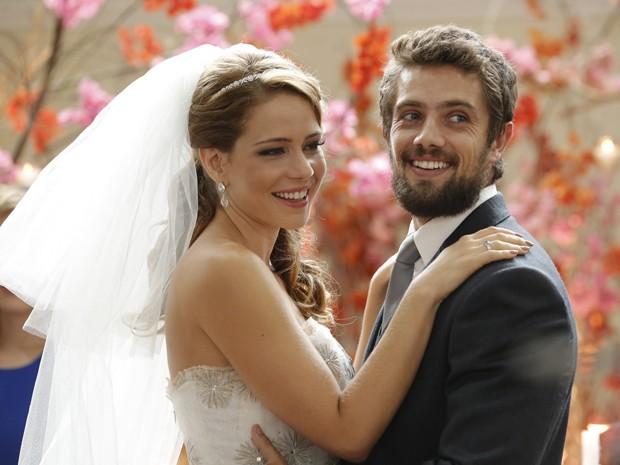 Cristina (Leandra Leal) e Vicente (Rafael Cardoso) se casam (Foto: Felipe Monteiro/ Gshow)